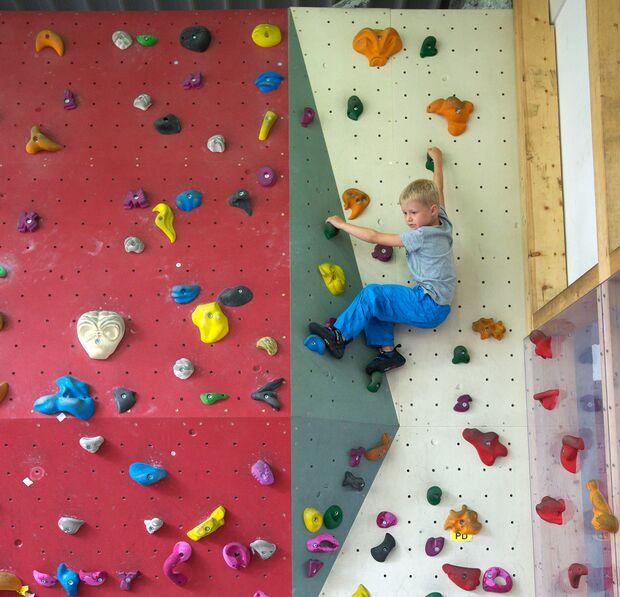 kl-klettern-mit-kindern-boulderwand-hoch-DSC_6029 (jpg)